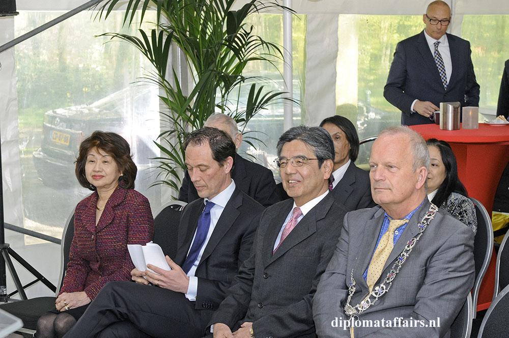 Photo 3 Mrs. Midori Inomata, Mr. Boudewijn Revis, Ambassador of Japan Hiroshi Inomata, Mayor Jan Hoekema, Japenese garden The Neterlands April 2016