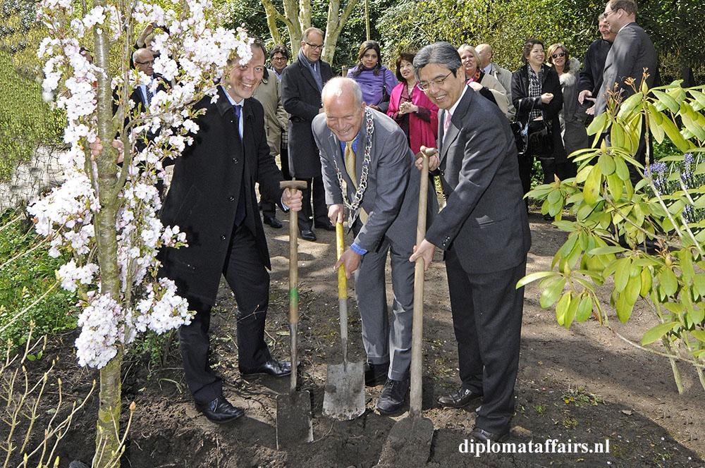 photo 7 Cherry tree planting Japanese garden Clingendael, Mr Boudewijn Revis, Mayor Jan Hoekema, Mr. Peter Pot, Mrs. Shida Bliek, Mrs. Midori Inomata Ambassador of Japan Hiroshi Inomata