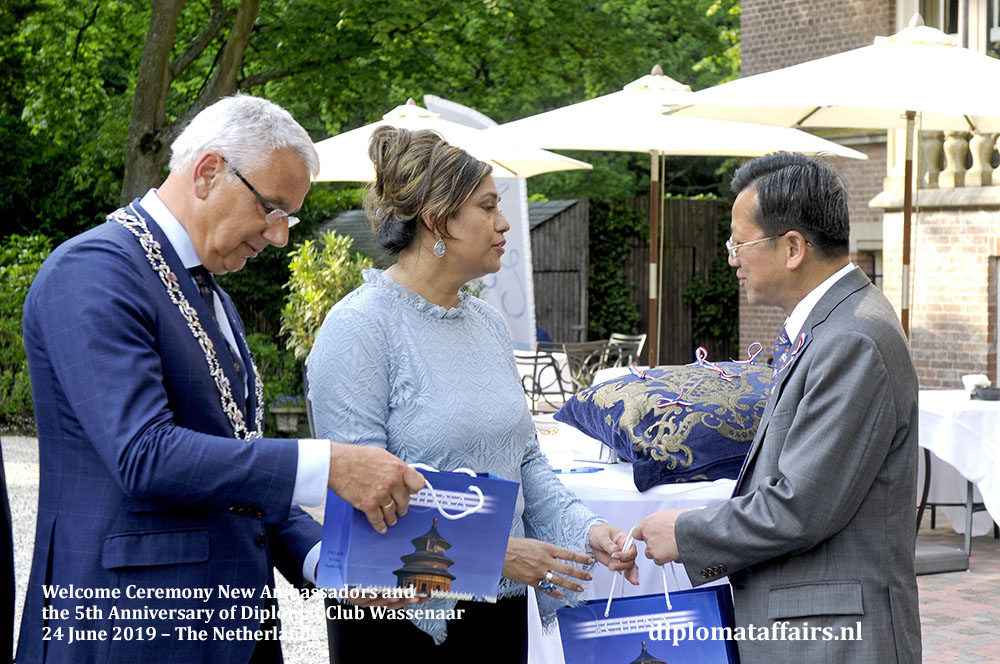6. H.E. Dr. Xu Hong Ambassador of the Republic of China presents gifts to Mayor Frank Koen and Mrs. Shida Bliek